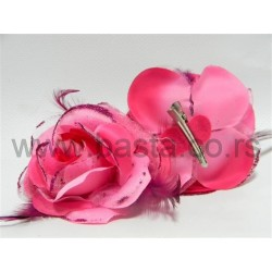 Ruža sa štipaljkom i perje